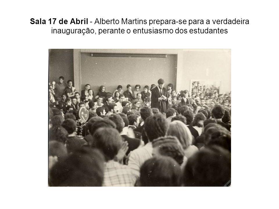 Sala 17 de Abril - Alberto Martins prepara-se para a verdadeira inauguração, perante o entusiasmo dos estudantes