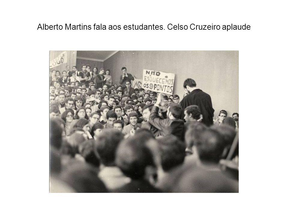 Alberto Martins fala aos estudantes. Celso Cruzeiro aplaude