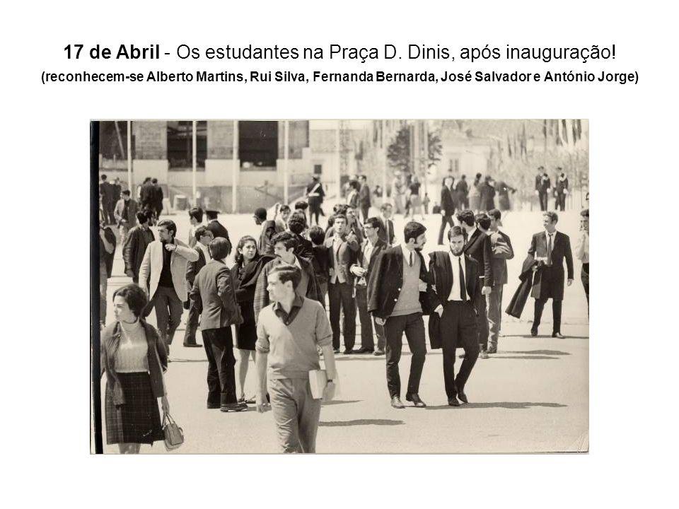17 de Abril - Os estudantes na Praça D. Dinis, após inauguração
