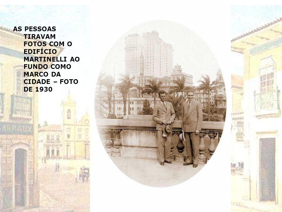 AS PESSOAS TIRAVAM FOTOS COM O EDIFÍCIO MARTINELLI AO FUNDO COMO MARCO DA CIDADE – FOTO DE 1930