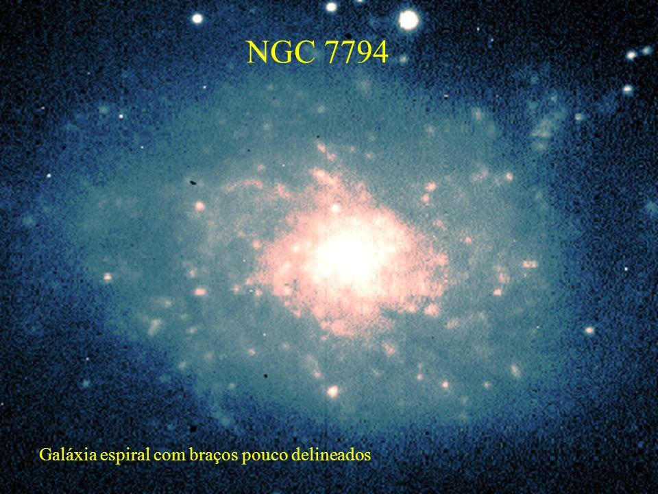Galáxia espiral com braços pouco delineados