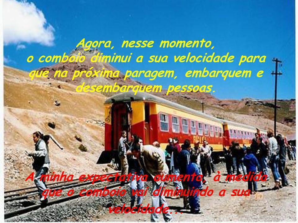 Agora, nesse momento, o comboio diminui a sua velocidade para que na próxima paragem, embarquem e desembarquem pessoas.