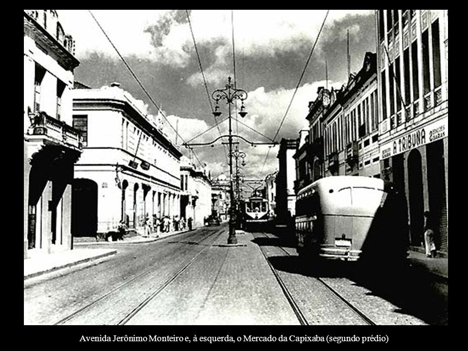 Avenida Jerônimo Monteiro e, à esquerda, o Mercado da Capixaba (segundo prédio)