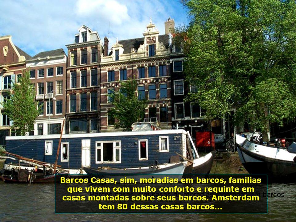 Barcos Casas, sim, moradias em barcos, famílias que vivem com muito conforto e requinte em casas montadas sobre seus barcos. Amsterdam tem 80 dessas casas barcos...