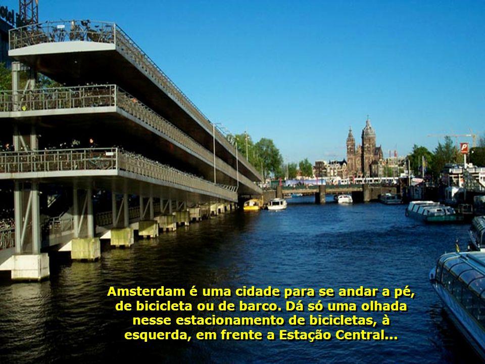 Amsterdam é uma cidade para se andar a pé, de bicicleta ou de barco
