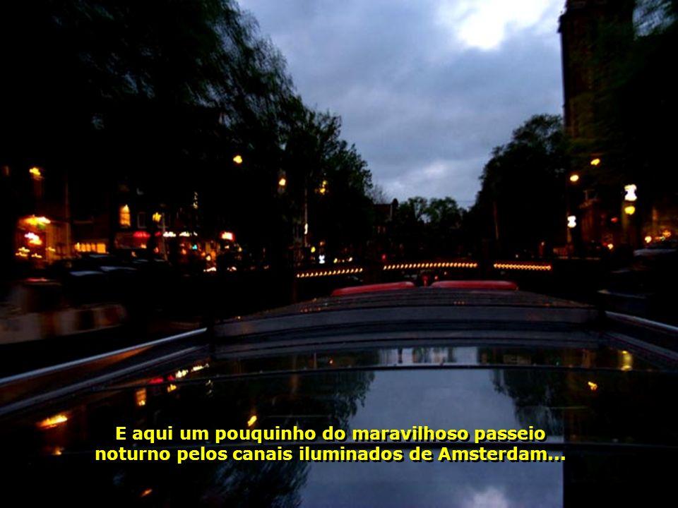 E aqui um pouquinho do maravilhoso passeio noturno pelos canais iluminados de Amsterdam...