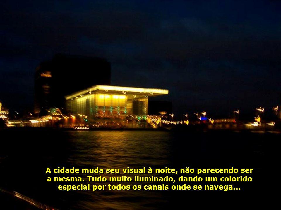 A cidade muda seu visual à noite, não parecendo ser a mesma