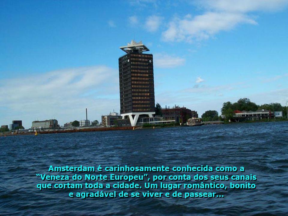 Amsterdam é carinhosamente conhecida como a Veneza do Norte Europeu , por conta dos seus canais que cortam toda a cidade.
