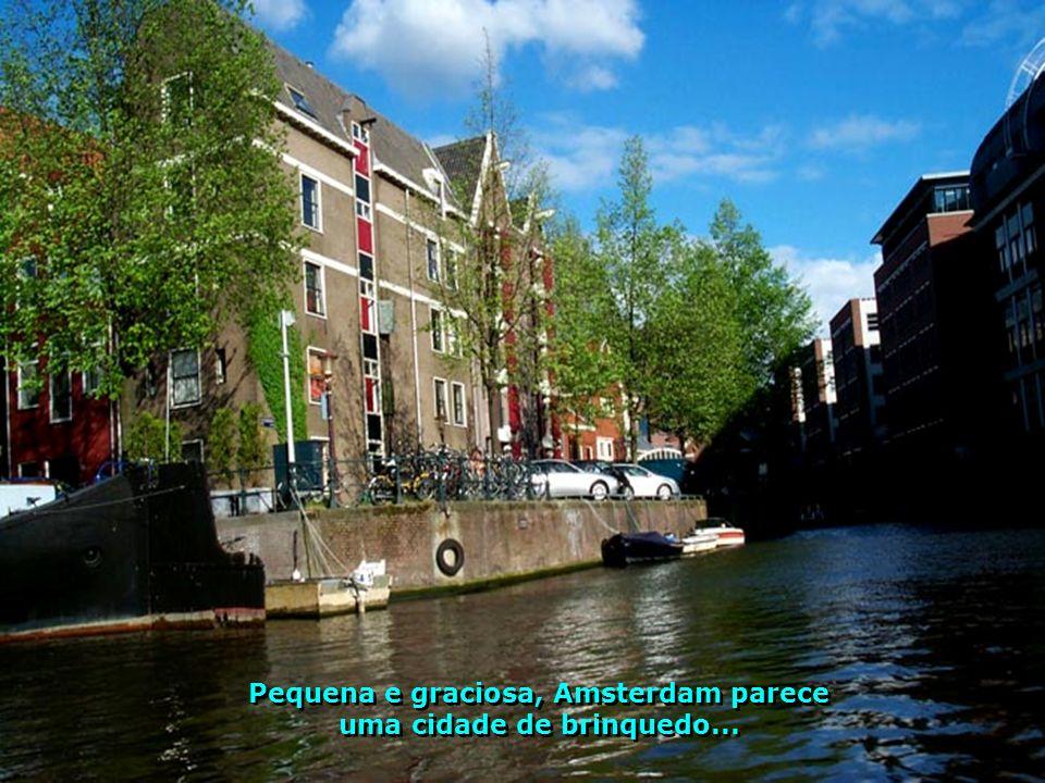 Pequena e graciosa, Amsterdam parece uma cidade de brinquedo...