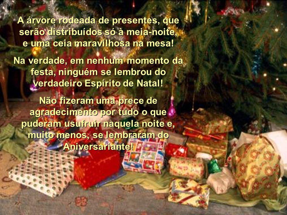 A árvore rodeada de presentes, que serão distribuídos só à meia-noite, e uma ceia maravilhosa na mesa!