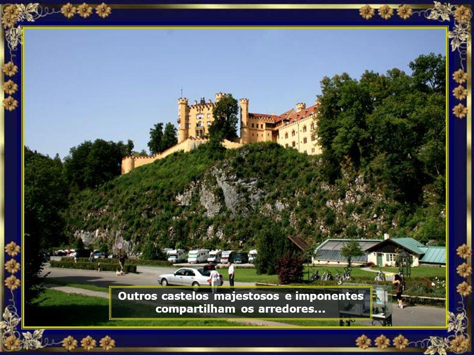 Outros castelos majestosos e imponentes compartilham os arredores...