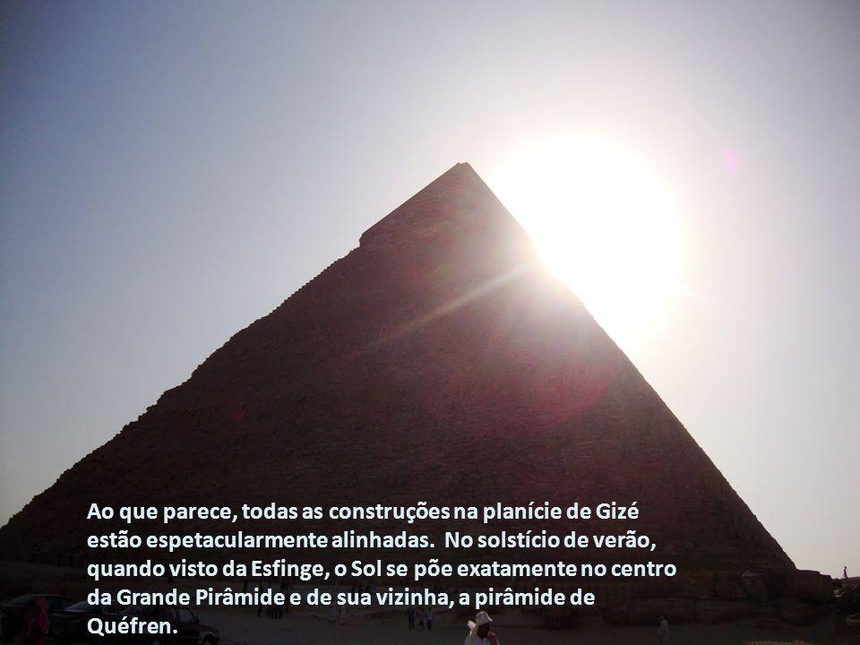 Ao que parece, todas as construções na planície de Gizé estão espetacularmente alinhadas. No solstício de verão, quando visto da Esfinge, o Sol se põe exatamente no centro da Grande Pirâmide e de sua vizinha, a pirâmide de Quéfren.