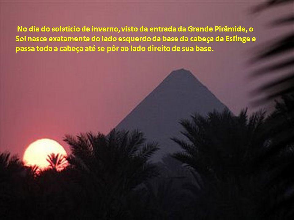 No dia do solstício de inverno, visto da entrada da Grande Pirâmide, o Sol nasce exatamente do lado esquerdo da base da cabeça da Esfinge e passa toda a cabeça até se pôr ao lado direito de sua base.