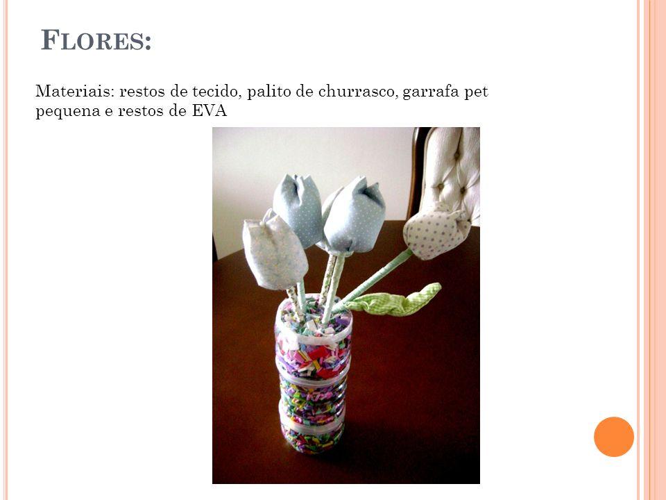 Flores: Materiais: restos de tecido, palito de churrasco, garrafa pet pequena e restos de EVA