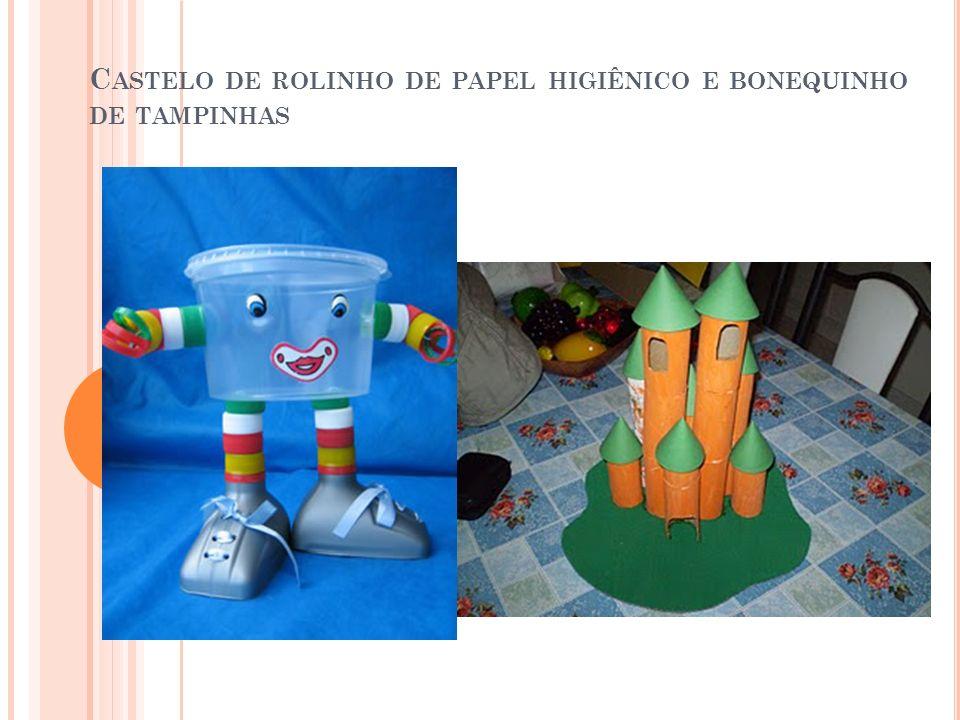 Castelo de rolinho de papel higiênico e bonequinho de tampinhas
