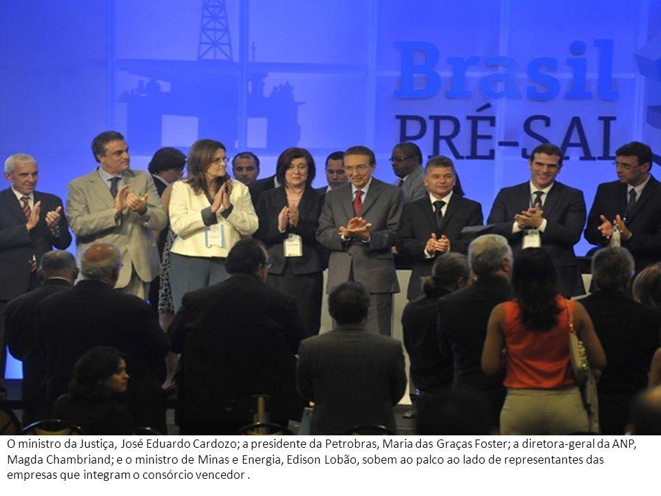 O ministro da Justiça, José Eduardo Cardozo; a presidente da Petrobras, Maria das Graças Foster; a diretora-geral da ANP, Magda Chambriand; e o ministro de Minas e Energia, Edison Lobão, sobem ao palco ao lado de representantes das empresas que integram o consórcio vencedor .