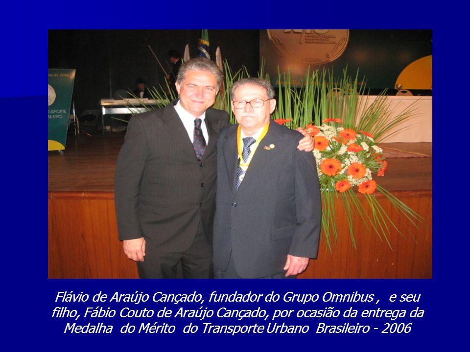 Flávio de Araújo Cançado, fundador do Grupo Omnibus , e seu filho, Fábio Couto de Araújo Cançado, por ocasião da entrega da Medalha do Mérito do Transporte Urbano Brasileiro - 2006