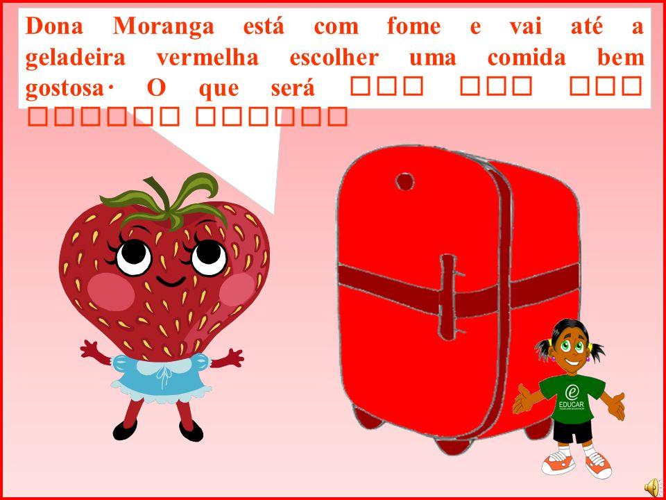 Dona Moranga está com fome e vai até a geladeira vermelha escolher uma comida bem gostosa.