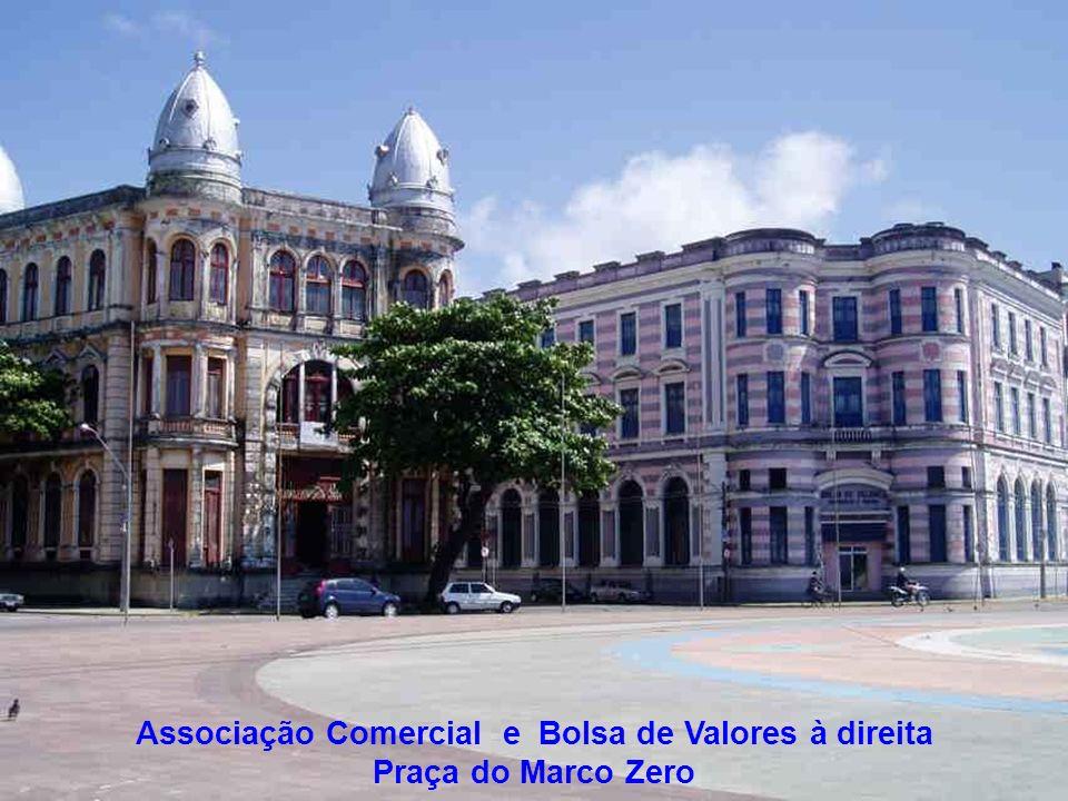 Associação Comercial e Bolsa de Valores à direita Praça do Marco Zero