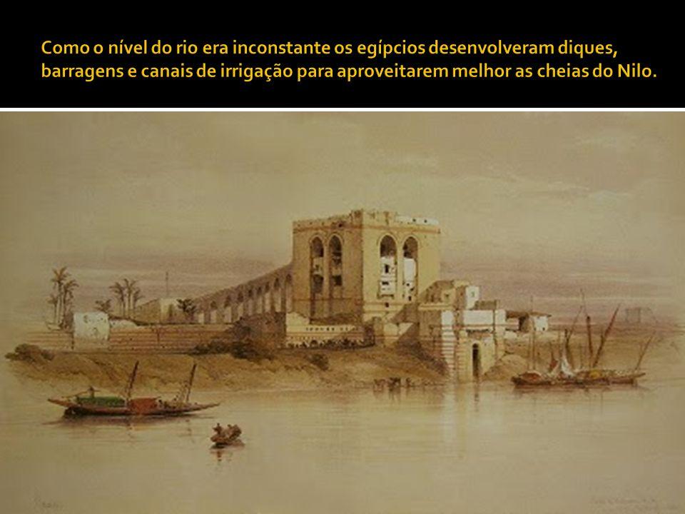 Como o nível do rio era inconstante os egípcios desenvolveram diques, barragens e canais de irrigação para aproveitarem melhor as cheias do Nilo.
