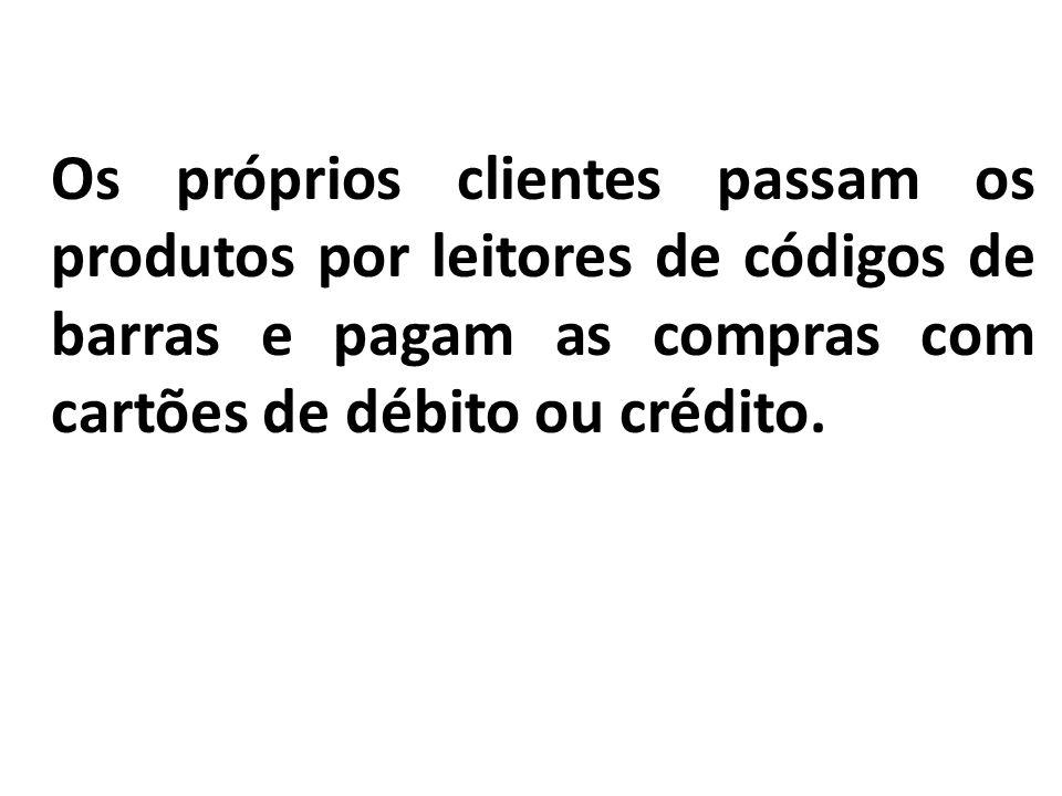 Os próprios clientes passam os produtos por leitores de códigos de barras e pagam as compras com cartões de débito ou crédito.