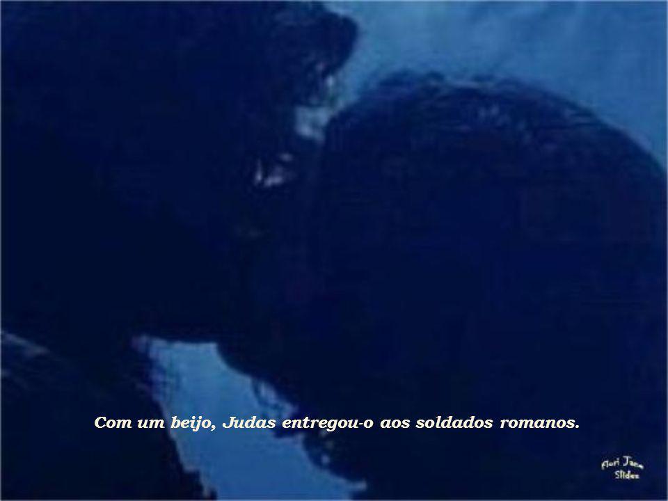 Com um beijo, Judas entregou-o aos soldados romanos.