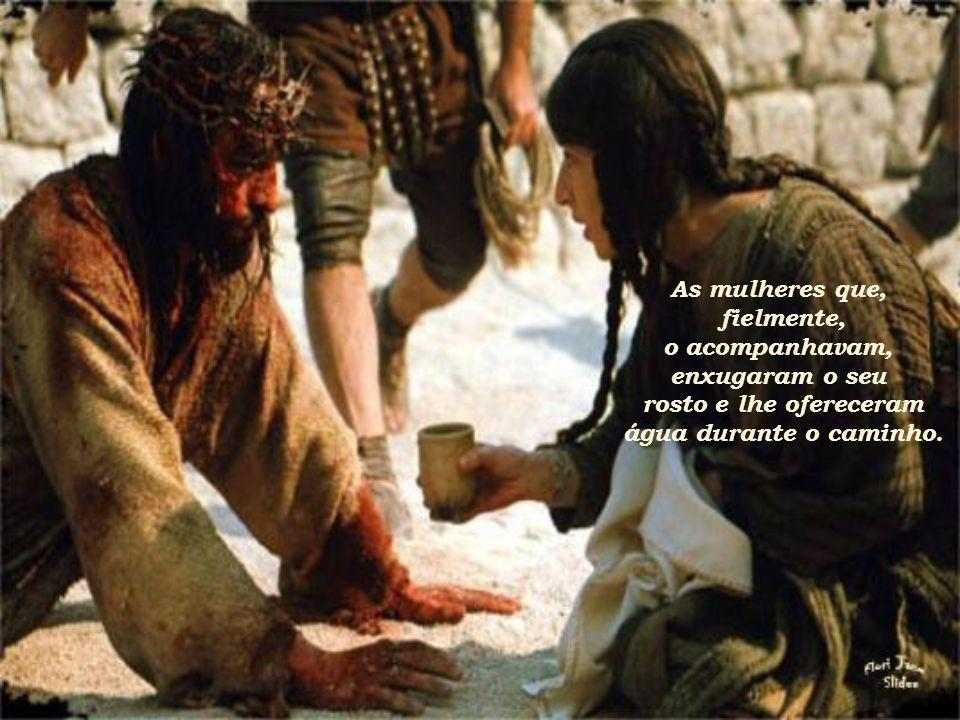 As mulheres que, fielmente, o acompanhavam, enxugaram o seu.