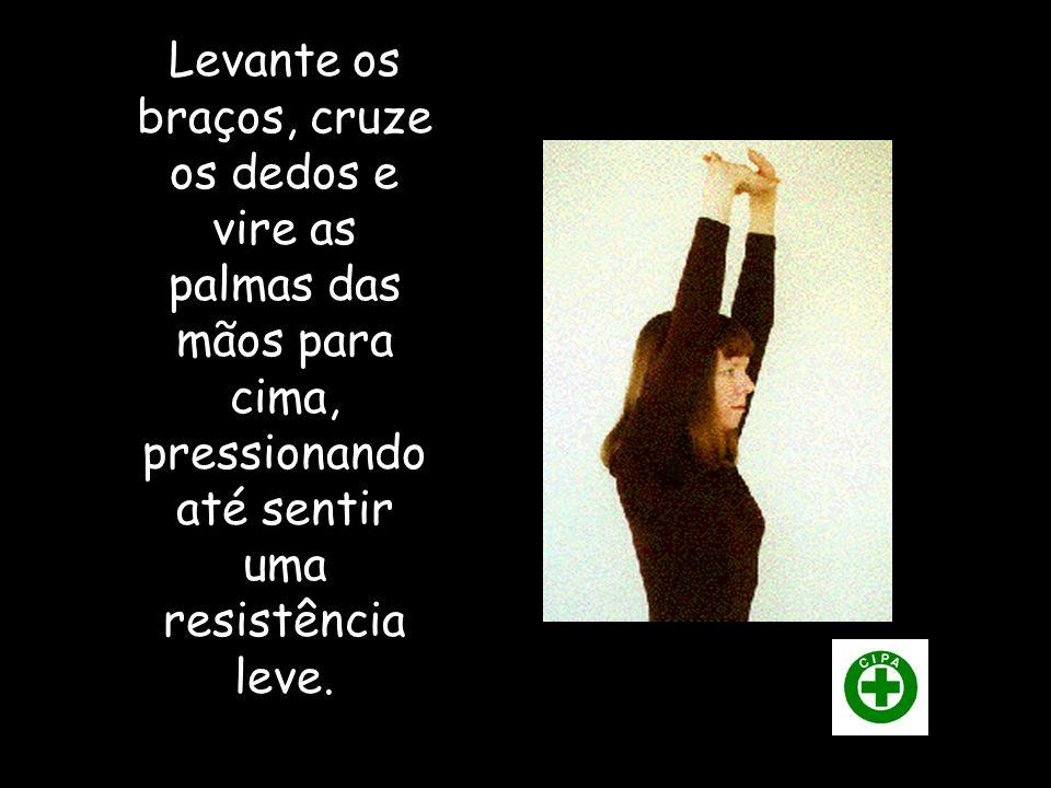 Levante os braços, cruze os dedos e vire as palmas das mãos para cima, pressionando até sentir uma resistência leve.
