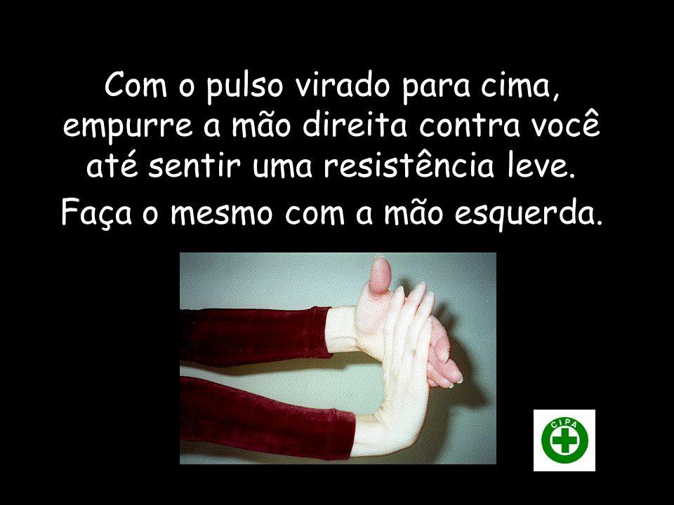Com o pulso virado para cima, empurre a mão direita contra você até sentir uma resistência leve.