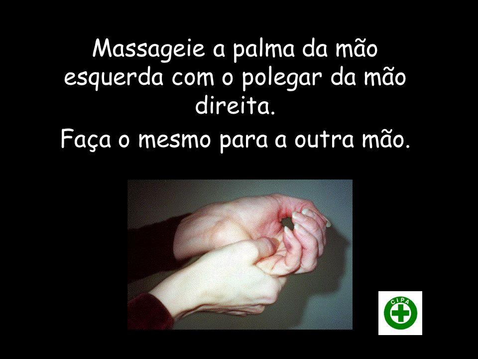 Massageie a palma da mão esquerda com o polegar da mão direita