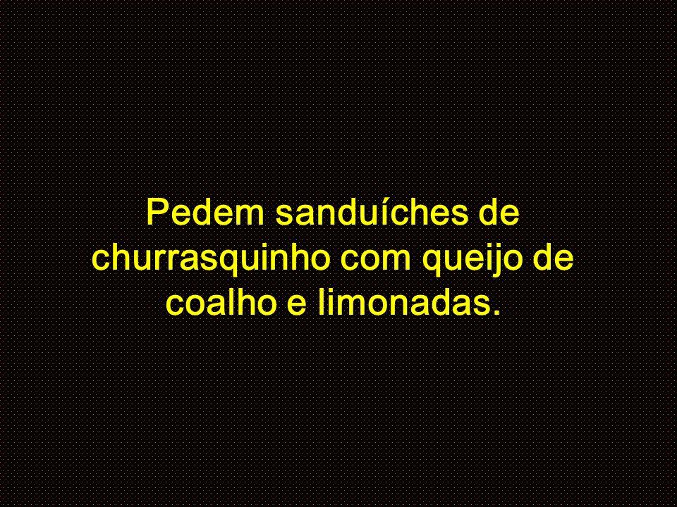 Pedem sanduíches de churrasquinho com queijo de coalho e limonadas.