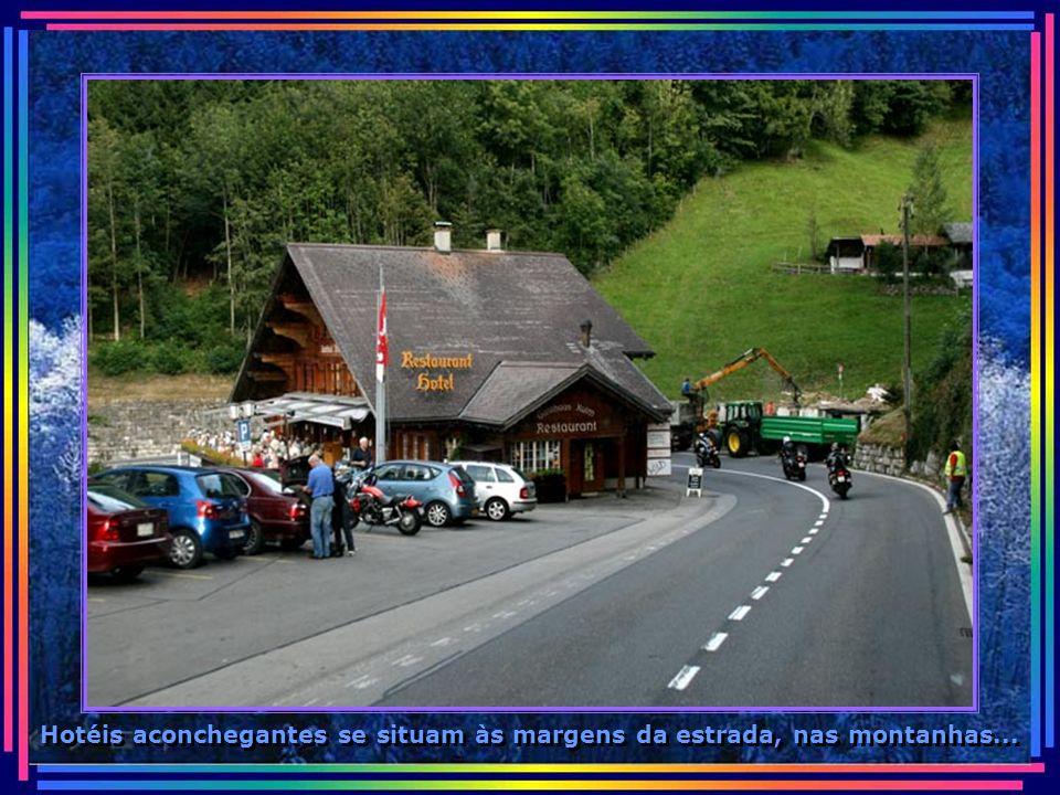 Hotéis aconchegantes se situam às margens da estrada, nas montanhas...