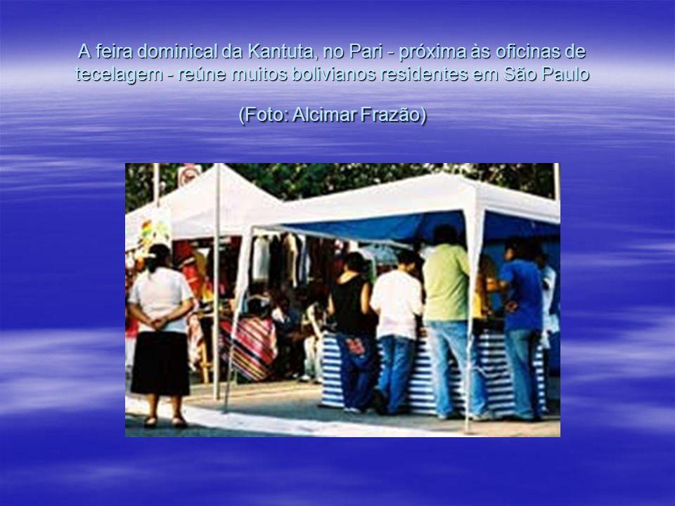 A feira dominical da Kantuta, no Pari - próxima às oficinas de tecelagem - reúne muitos bolivianos residentes em São Paulo (Foto: Alcimar Frazão)