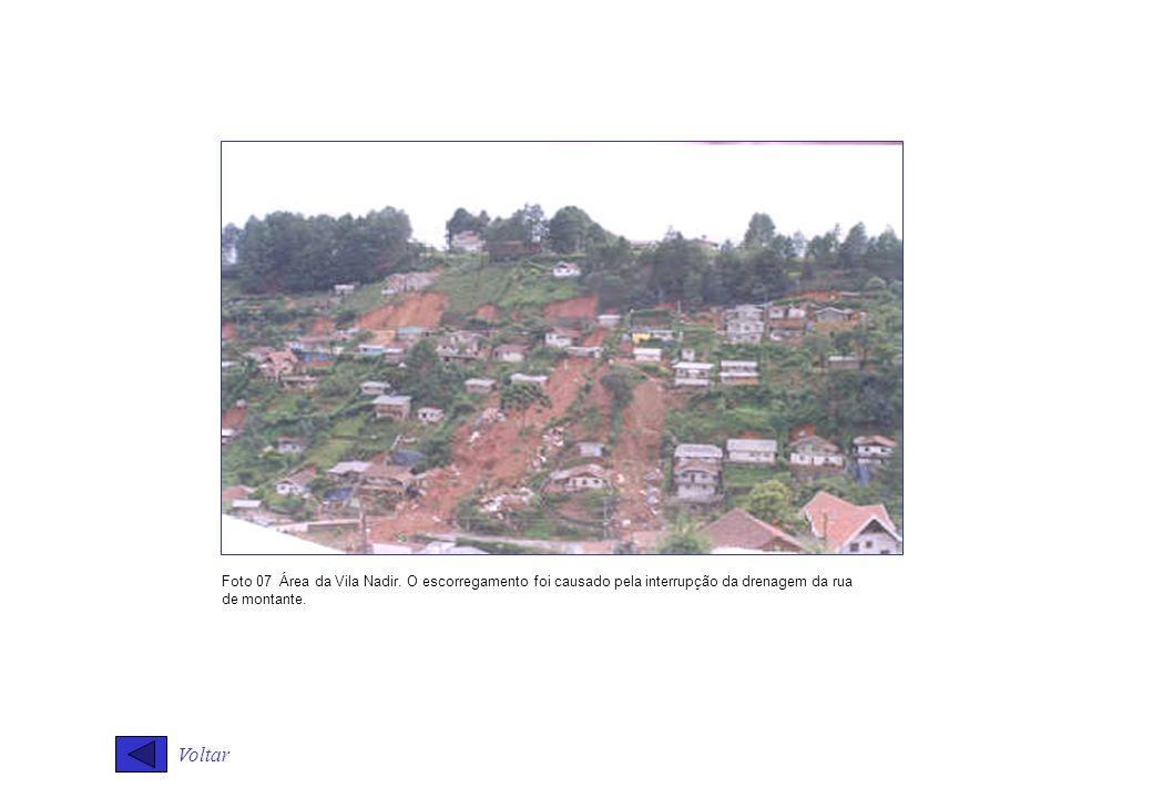Foto 07 Área da Vila Nadir. O escorregamento foi causado pela interrupção da drenagem da rua de montante.