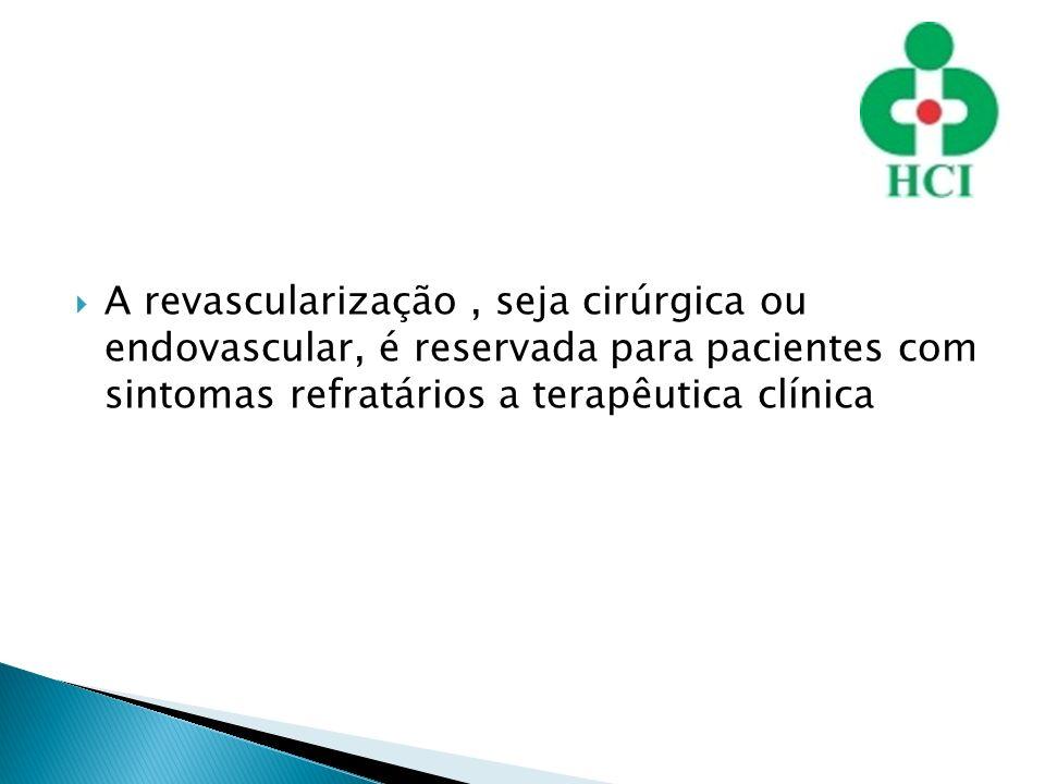 A revascularização , seja cirúrgica ou endovascular, é reservada para pacientes com sintomas refratários a terapêutica clínica