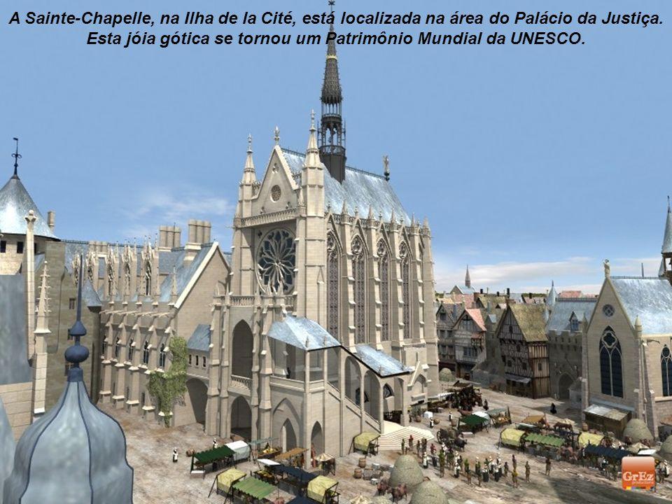 A Sainte-Chapelle, na Ilha de la Cité, está localizada na área do Palácio da Justiça.