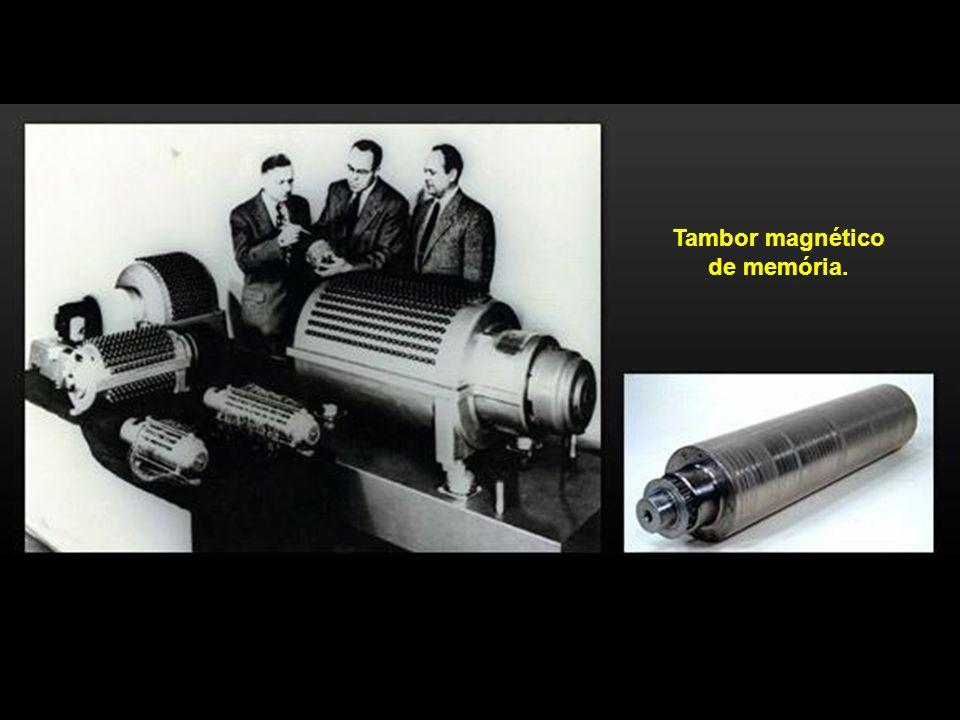 Tambor magnético de memória.