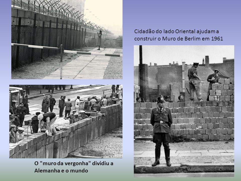 Cidadão do lado Oriental ajudam a construir o Muro de Berlim em 1961