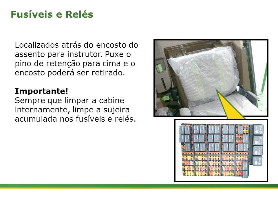 Fusíveis e Relés Localizados atrás do encosto do assento para instrutor. Puxe o pino de retenção para cima e o encosto poderá ser retirado.