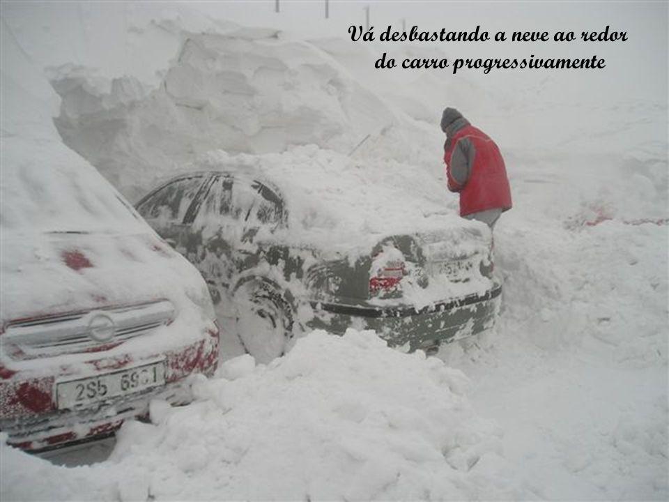 Vá desbastando a neve ao redor do carro progressivamente