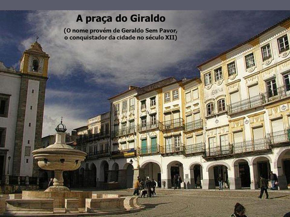 A praça do Giraldo (O nome provém de Geraldo Sem Pavor, o conquistador da cidade no século XII)