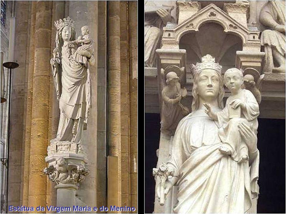 Estátua da Virgem Maria e do Menino