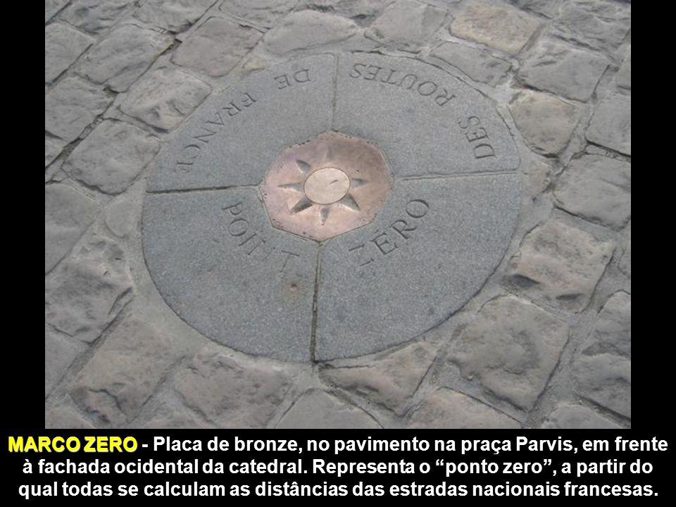 MARCO ZERO - Placa de bronze, no pavimento na praça Parvis, em frente à fachada ocidental da catedral.