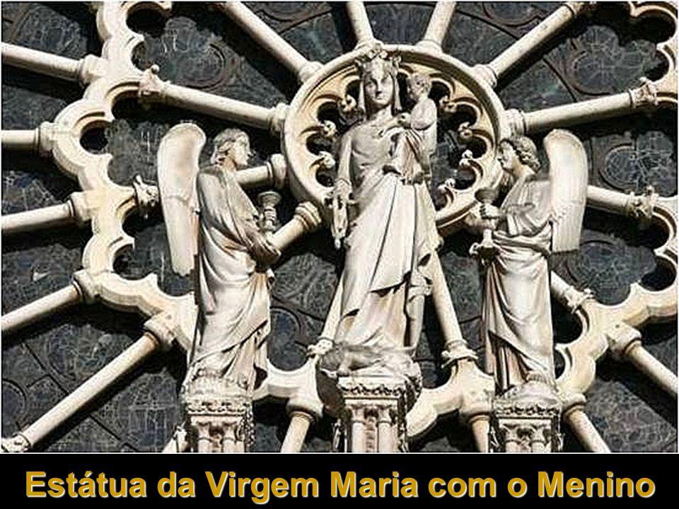 Estátua da Virgem Maria com o Menino