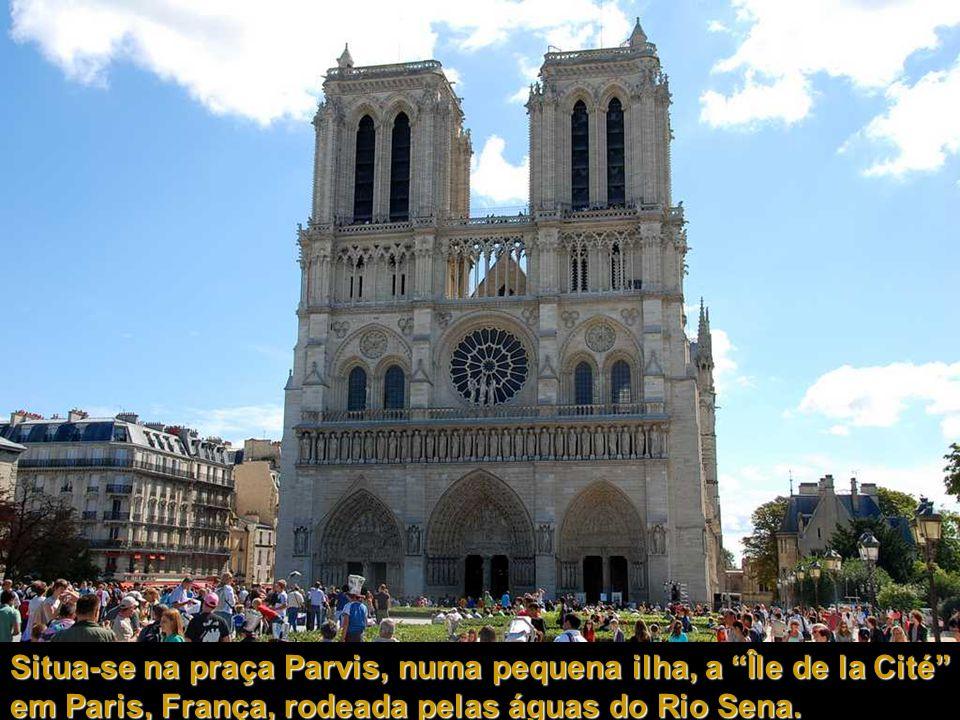Situa-se na praça Parvis, numa pequena ilha, a Île de la Cité em Paris, França, rodeada pelas águas do Rio Sena.
