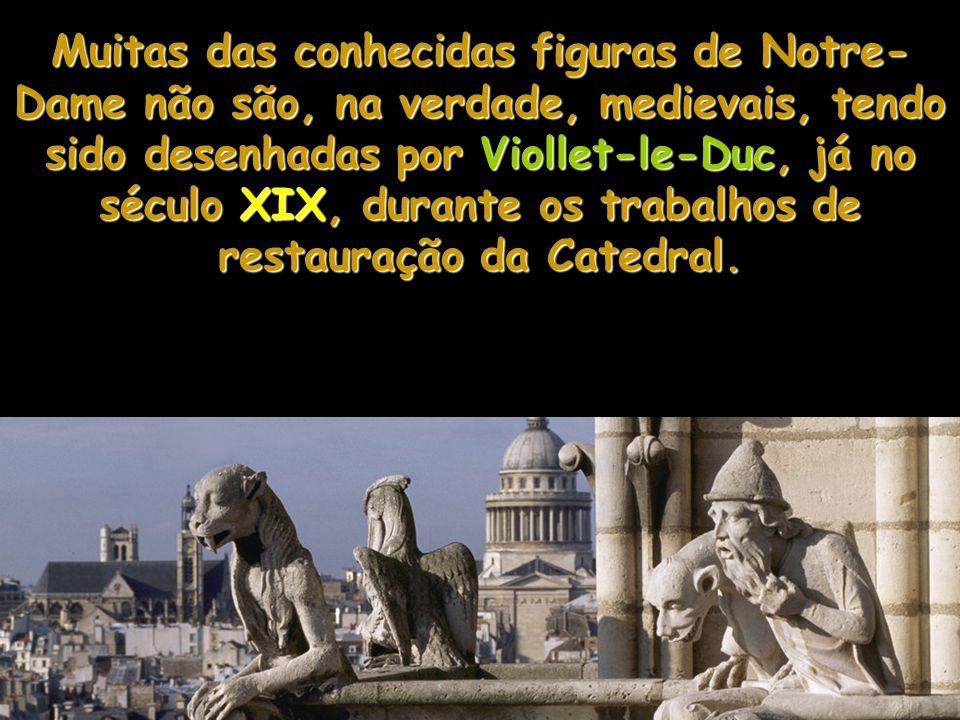 Muitas das conhecidas figuras de Notre-Dame não são, na verdade, medievais, tendo sido desenhadas por Viollet-le-Duc, já no século XIX, durante os trabalhos de restauração da Catedral.