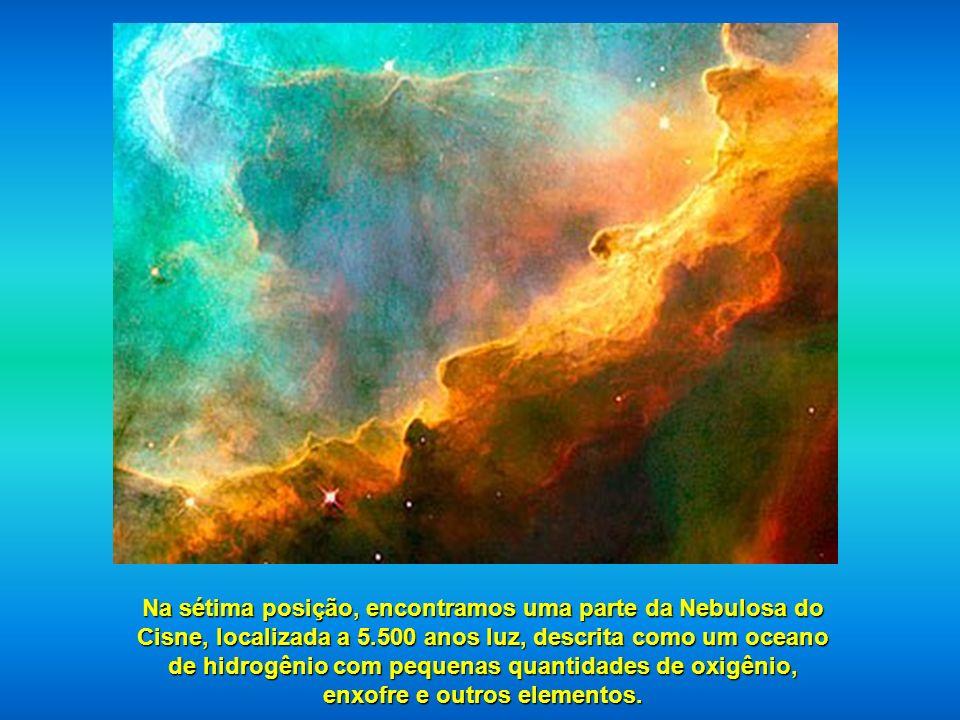 Na sétima posição, encontramos uma parte da Nebulosa do Cisne, localizada a 5.500 anos luz, descrita como um oceano de hidrogênio com pequenas quantidades de oxigênio, enxofre e outros elementos.