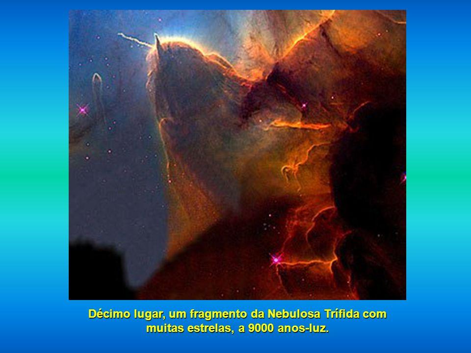 Décimo lugar, um fragmento da Nebulosa Trífida com muitas estrelas, a 9000 anos-luz.