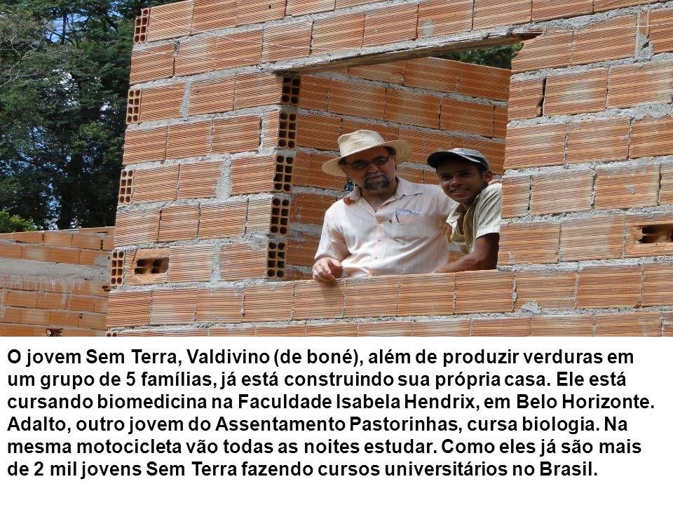 O jovem Sem Terra, Valdivino (de boné), além de produzir verduras em um grupo de 5 famílias, já está construindo sua própria casa.