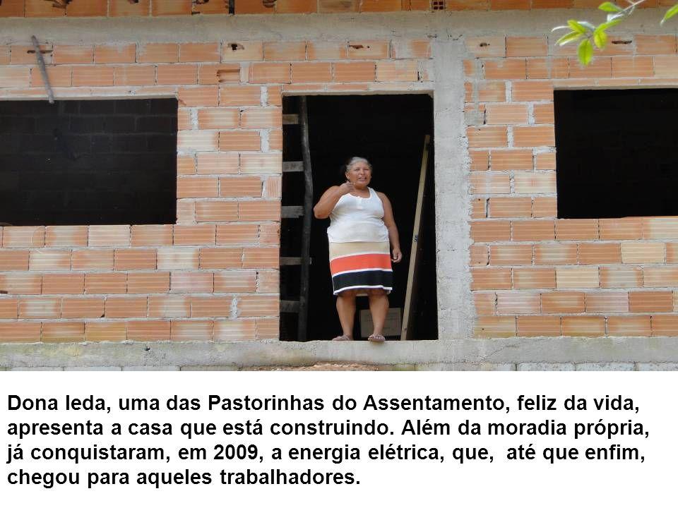 Dona Ieda, uma das Pastorinhas do Assentamento, feliz da vida, apresenta a casa que está construindo.